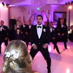Noivo surpreende com coreografia em casamento