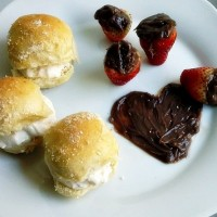 Lanchinho rápido – Morangos e mini sanduíches
