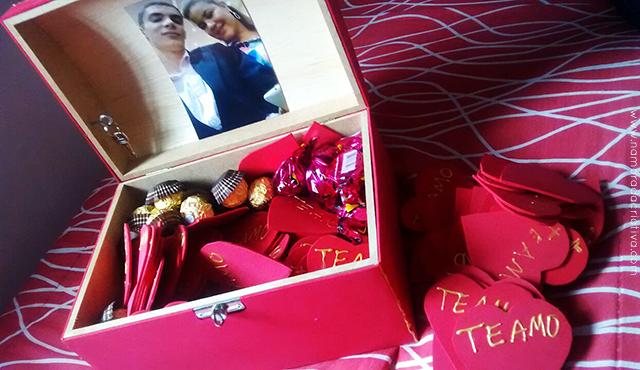 Baú com chocolates e corações