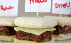 Mini hambúrgueres assados em formato de coração