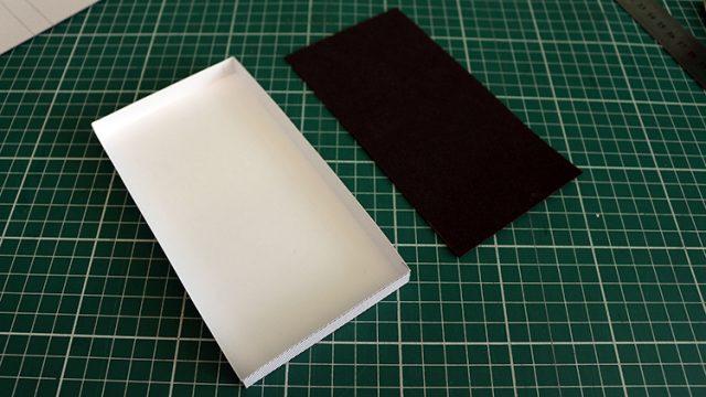 Pegue um pedaço de EVA na cor preta pra forrar a caixinha. O tamanho é de 17 cm X 9 cm. Mas confira se sua impressão saiu exatamente deste tamanho, algumas impressoras redimensionam alguns milímetros das peças gráficas durante a impressão.