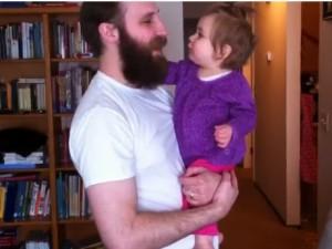 Pai corta a barba e sua filha não o reconhece