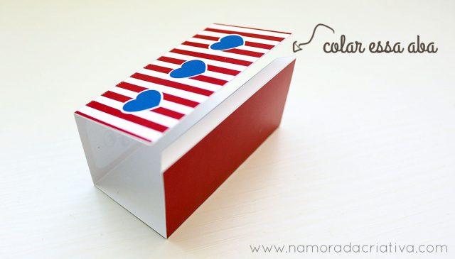 A parte de fora da caixinha também é bem fácil. Basta vincar nas marcações, dobrar para dentro e colar a aba branca.