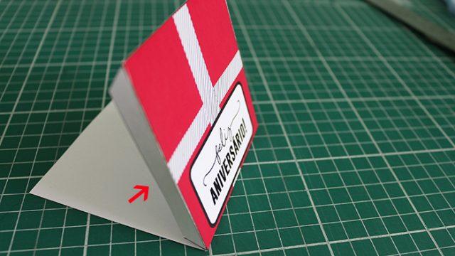 Pra fazer o envelope é muito simples! Basta vincar e dobrar tudo para dentro. Em seguida, é só colar as abinhas brancas pra fechar!